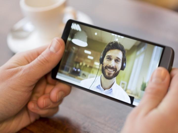 """Chỉ cần """"FaceTime"""" (hay """"Skype"""") để nói chuyện với tất cả mọi người mà bạn biết ở khắp nơi trên thế giới."""