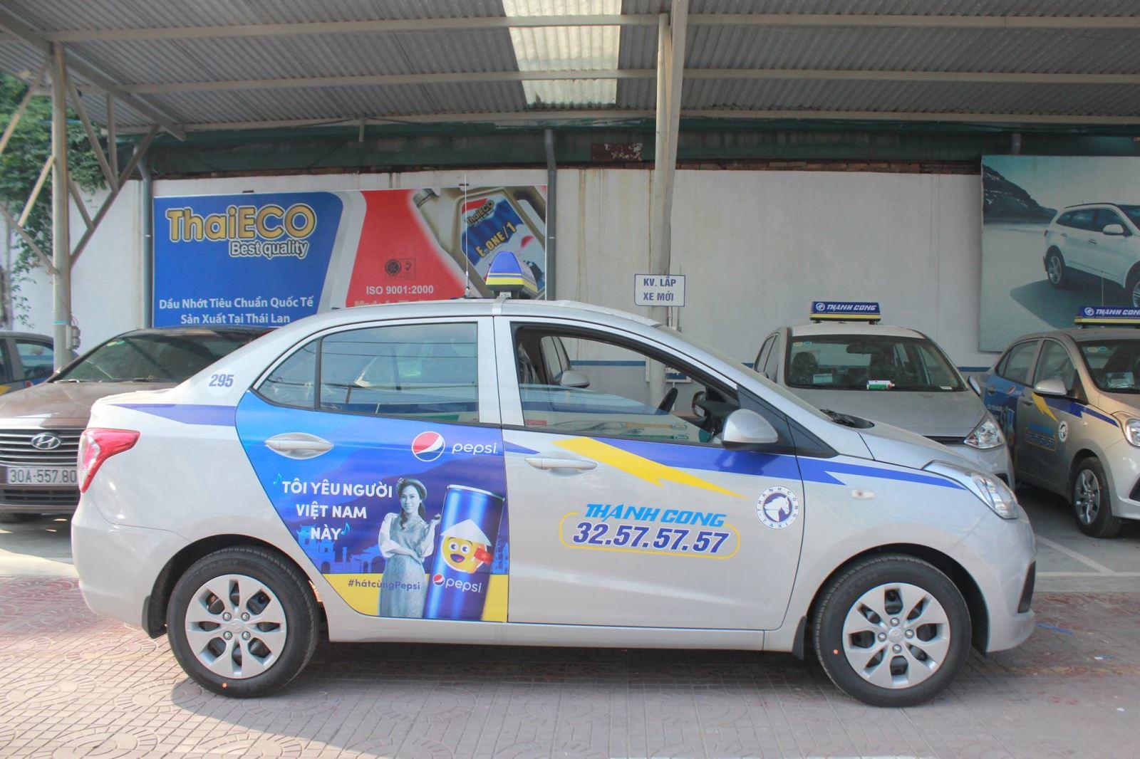 Quảng cáo trên xe ngày càng phổ biến và được các doanh nghiệp vô cùng ưa chuộng