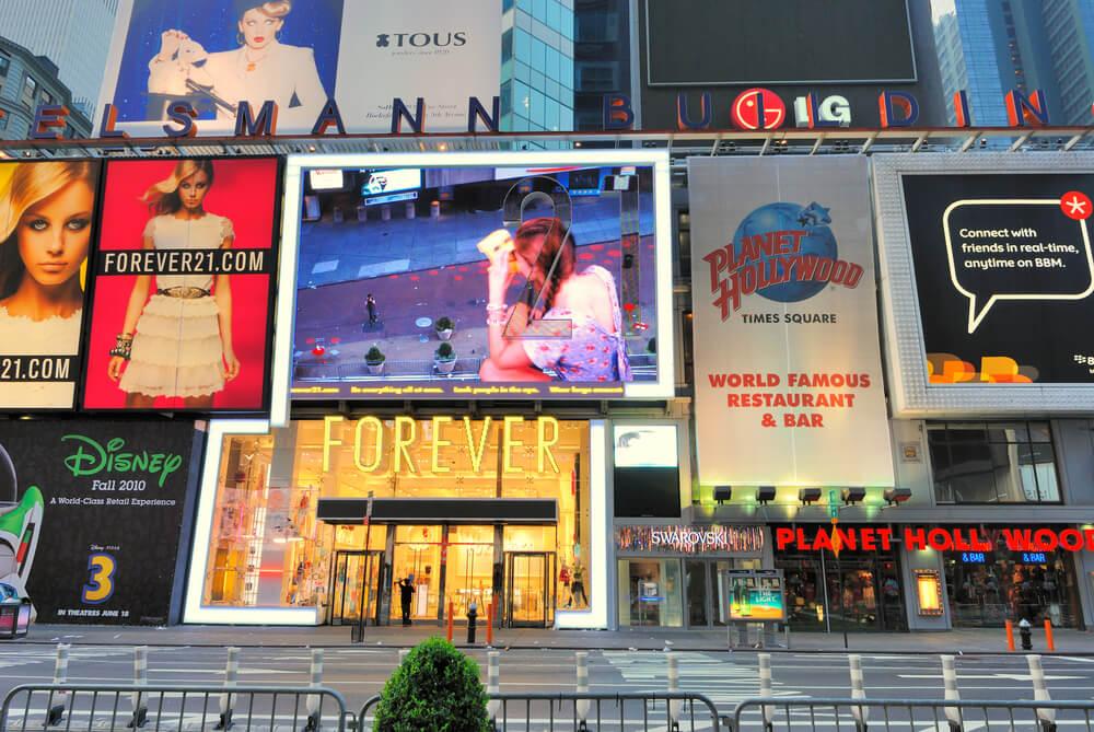 Sức mạnh của pano quảng cáo trong việc kết nối người tiêu dùng bận rộn ngày nay