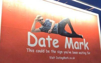 Người đàn ông tìm kiếm tình yêu bằng cách thuê quảng cáo ngoài trời