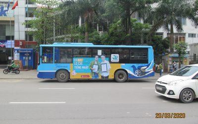 Hình thức quảng cáo trên xe bus, xe taxi ngày càng phổ biến