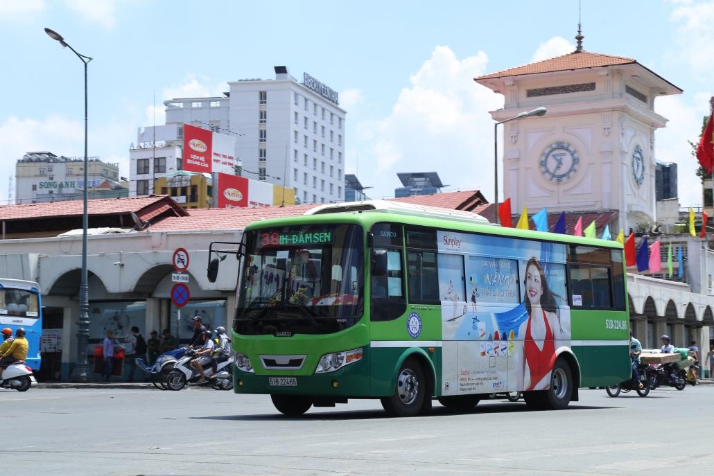 Quảng cáo trên xe bus được nhiều nhãn hàng lựa chọn. Ảnh: S.T