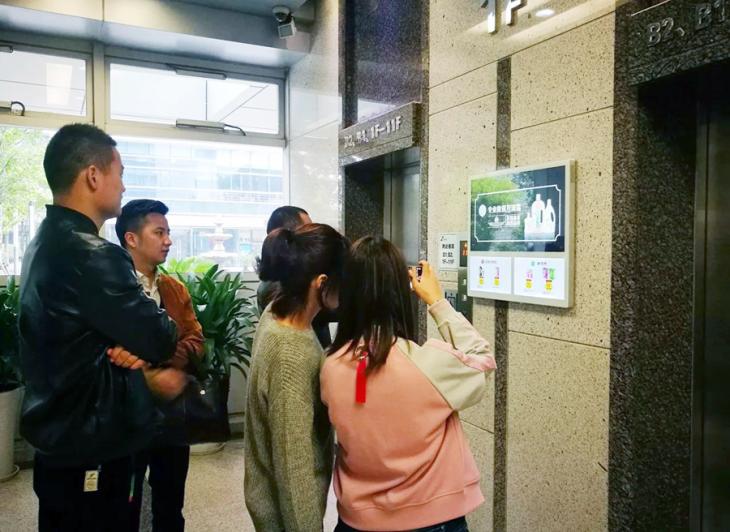 Quảng cáo LCD Frame trong thang máy. Ảnh: S.T