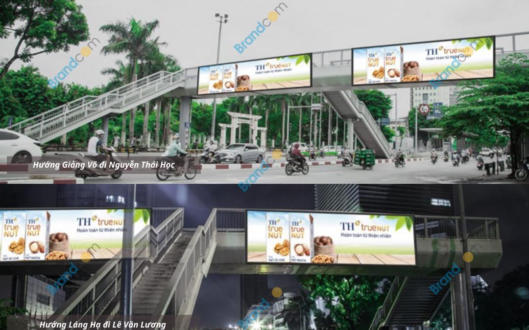 Quảng cáo trên cầu vượt đi bộ Láng Hạ