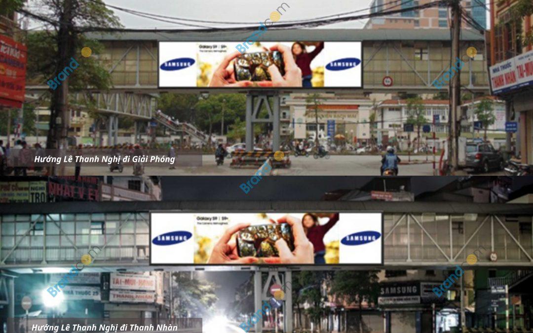 Quảng cáo trên cầu vượt đi bộ Lê Thanh Nghị
