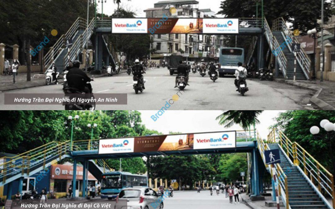 Quảng cáo trên cầu vượt đi bộ Đại học Kinh tế quốc dân